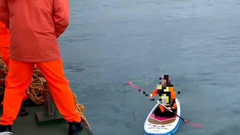 一群遊客元旦到花蓮溪口划立槳,被強勁海流帶往外海,越漂越遠,無力划回,海巡署第六(花蓮)海巡隊出動船艇將7人全數救起。(海巡署第六海巡隊提供)