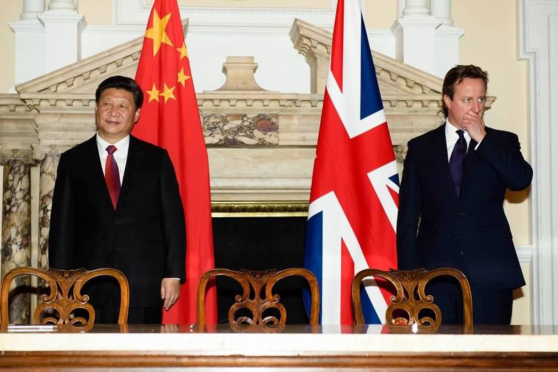 中國國家主習近平(圖左)與英國前首相卡麥隆(右)於2015年倫敦中英商業峰會上合照。(法新社)