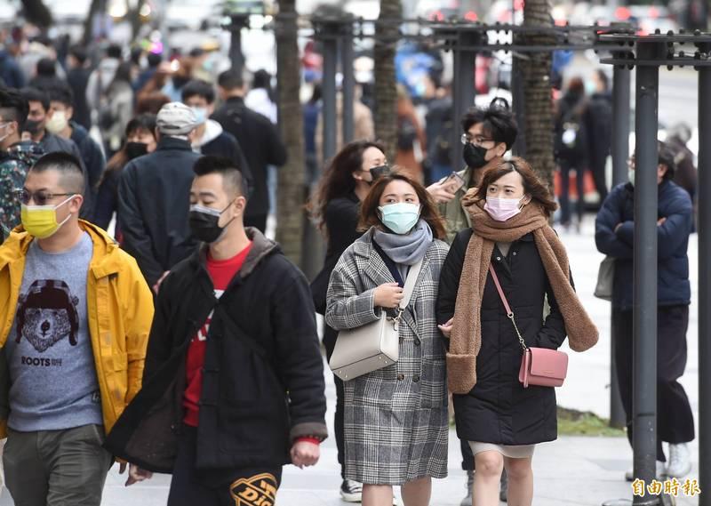 中央氣象局今(1日)下午4點2分針對12縣市發布低溫特報,提醒民眾新年出遊要做好禦寒措施。(記者方賓照攝)