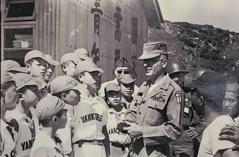 美軍顧問團駐防馬祖期間,協助馬祖中學成立棒球隊,並且分別成立洋基及勇士等兩支小隊。圖中即為穿著洋基隊球衣的馬中棒球隊員。(圖:翻攝自馬防部美軍足跡館)