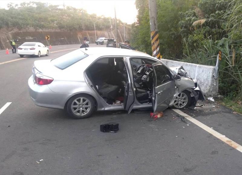 台南發轎車自撞護欄重大車禍,2死1命危1重傷。(記者吳俊鋒攝)