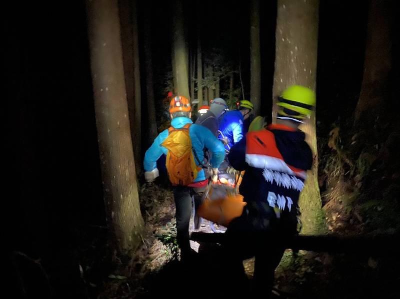 70多歲田姓婦人不慎由步道墜落深約100公尺山谷,山搜人員搶救。(新竹縣政府消防局提供)