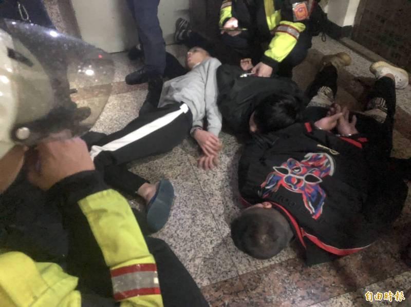 蔡姓男子今晚帶5名少年闖進基隆市一家KTV包廂,砍傷廖姓、徐姓少年,被火速趕抵的警方壓制在地。(記者林嘉東攝)