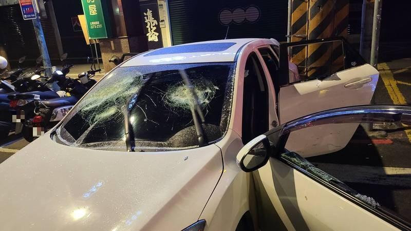 17歲葉姓少年開的車子車窗被砸破。(記者闕敬倫翻攝)