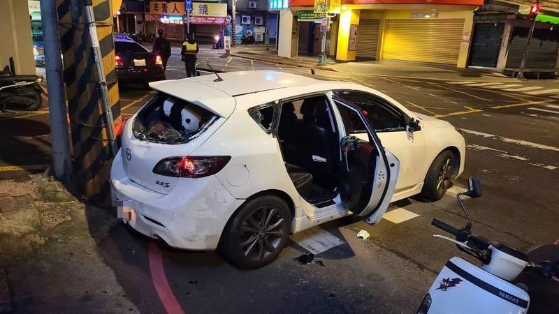 17歲葉姓少年清晨開車載友人行經土城裕民路段,被10多名惡煞攔下,車被砸爛。(記者闕敬倫翻攝)