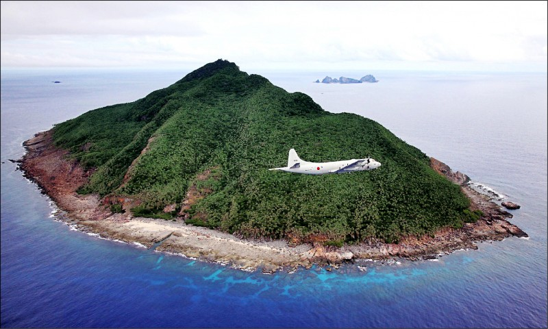 中國公務船二○二○年進入釣魚台列嶼鄰接區的日數達創新高的三三三天。左圖為日本海上自衛隊一架P-3C「獵戶座」反潛機,去年六月間飛過釣魚台列嶼上空。(法新社檔案照)