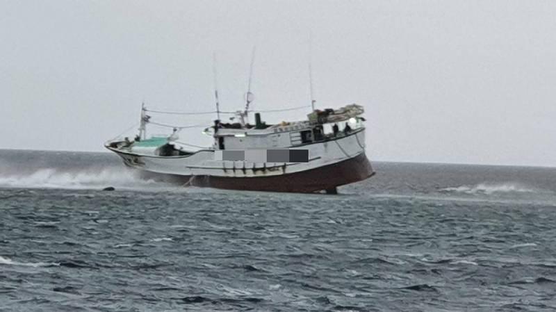 1艘漁船險在礁岩上跨年。(記者陳彥廷翻攝)