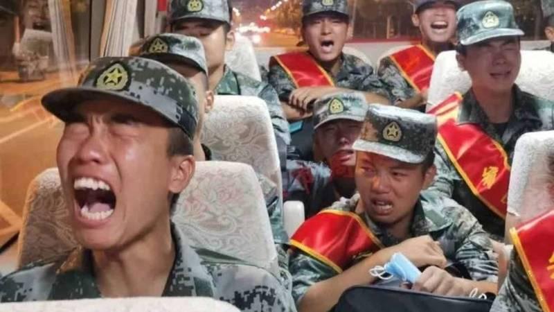 中國為境士兵配備自毀裝置。圖為日前流傳一支據稱是被送往中印邊境支援的解放軍悲鳴痛哭的影片。(圖擷取自推特)