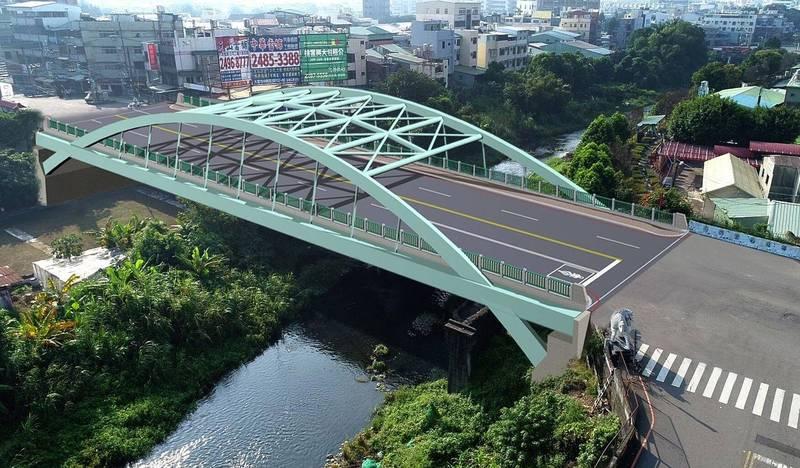 連接大里、市區的南門橋,市府在中央補助下斥資1.7億改建,新橋完工後為中路式鋼構拱橋,夜間並有燈光造景。(記者陳建志翻攝)