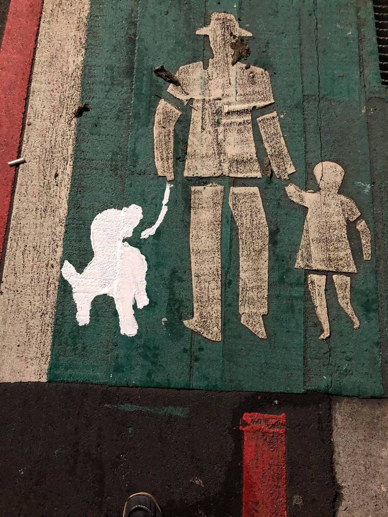 柯今天也在貼出一張道路標線遭噴漆上一隻狗狗圖案的照片。(圖擷自柯一正臉書)