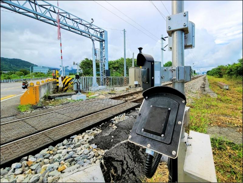 提升平交道安全,台鐵耗資近9億採購新偵測系統,今年底前正線將全數安裝完成。(台鐵局提供)