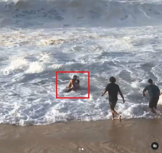 澳籍專業衝浪員麥奇(方框處左方)在歐胡島成功拯救一名溺水女子的生命,引發網友熱烈好評。(圖擷自麥奇IG)