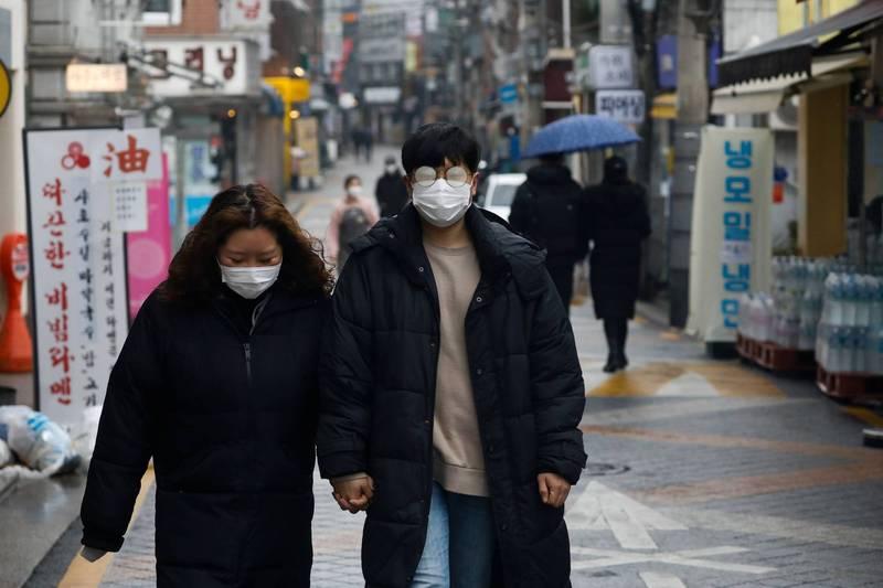 為了繼續有效遏制疫情蔓延,韓國政府將現行原本只適用於首都圈的「禁止5人以上聚會」的措施,擴大實施至全國。(路透)