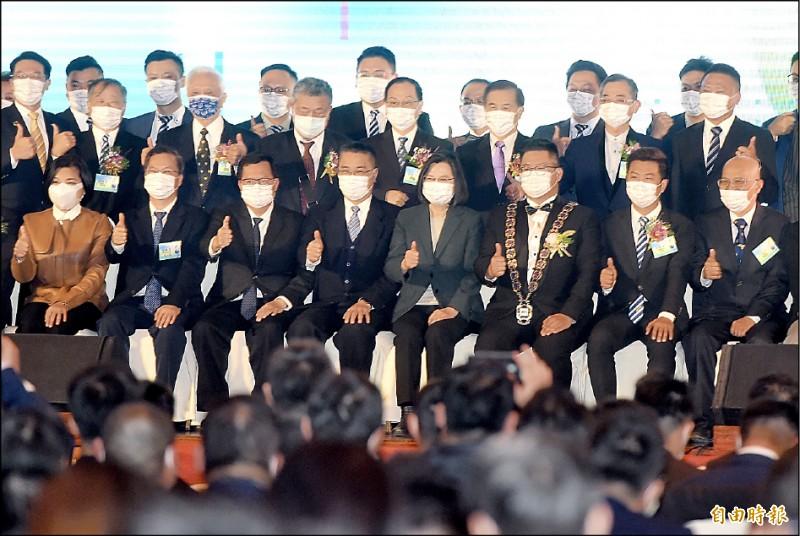 總統蔡英文昨出席「國際青年商會中華民國總會第69屆總會長暨理監事宣誓就職典禮」致詞,並與出席來賓合影。(記者簡榮豐攝)