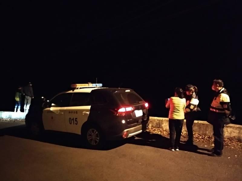 東勢林管處及警方等昨漏夜在現場搜救及戒護受傷的小台灣黑熊。(記者歐素美翻攝)