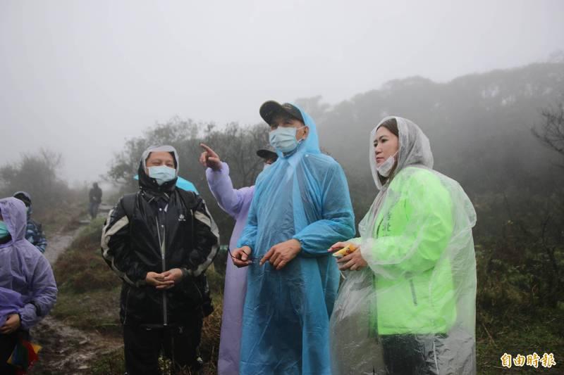 台北市議員陳怡君(右)今陪同立法院長游錫堃(中)至擎天崗了解水牛生活環境及健康狀況。(記者鄭名翔攝)