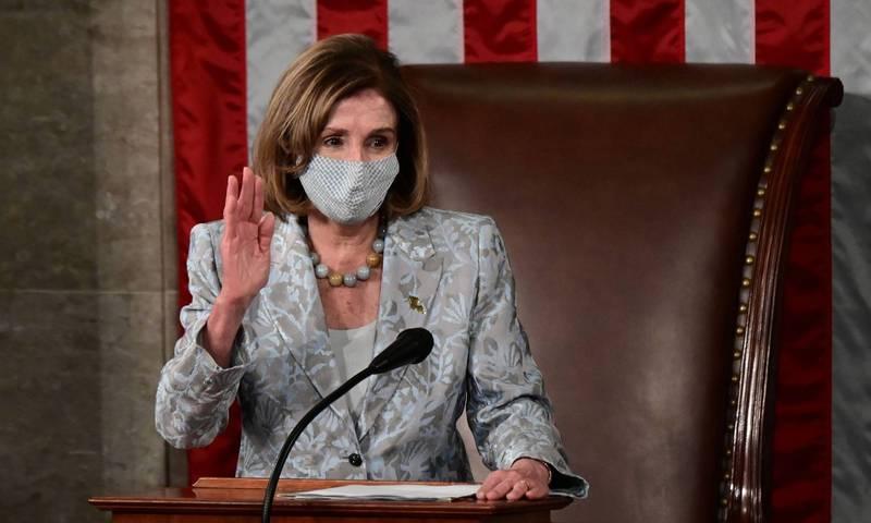 美國新一屆國會的議員宣誓就任,民主黨籍的裴洛西(Nancy Pelosi)週日以些微差距擊敗少數黨領袖麥卡錫(Kevin McCarthy),第4度當選議長。(路透)