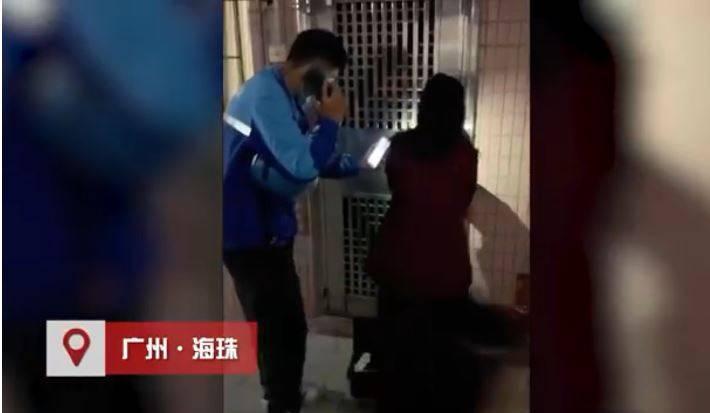 中國廣州1名外送員送餐時察覺屋內有人昏迷,通知警消幫忙搶救,結果仍不治。(圖片截取自微博南方都市報)