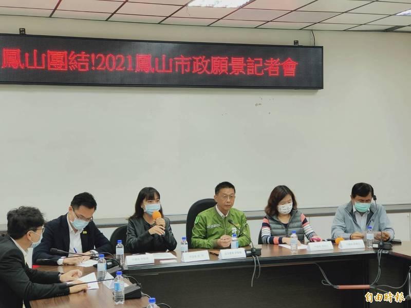 黃捷(左三)與民進黨鳳山區立委、市議員,在議會一起召開「鳳山市政願景記者會」。(記者葛祐豪攝)