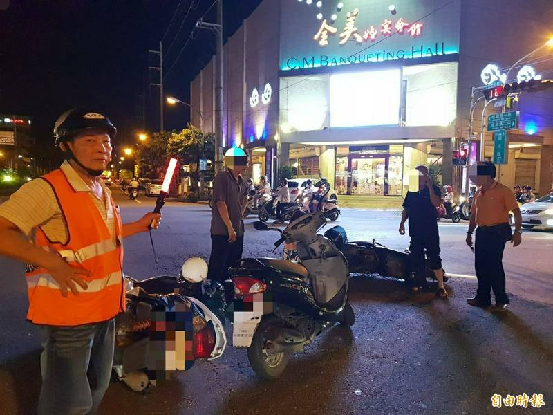 北門里巡守隊很盡責,發現民眾出車禍,深夜路口指揮交通。(記者陳文嬋攝)