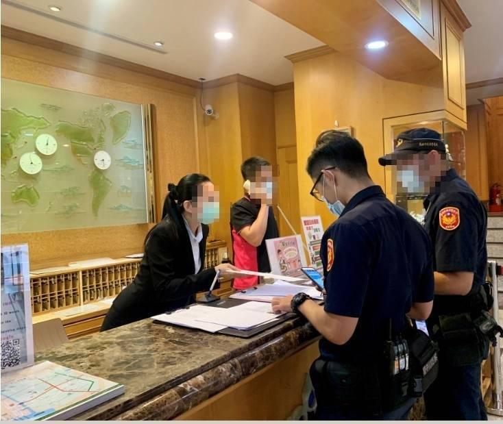 警方稽查高雄市防疫旅館。(資料照)