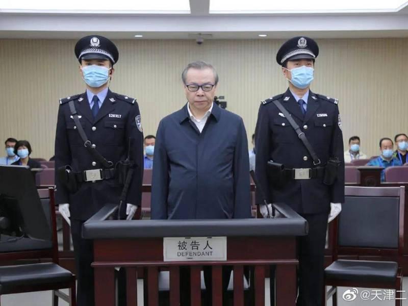 賴小民(中)在去年8月11日的庭審中,當庭認罪。(翻攝自微博)