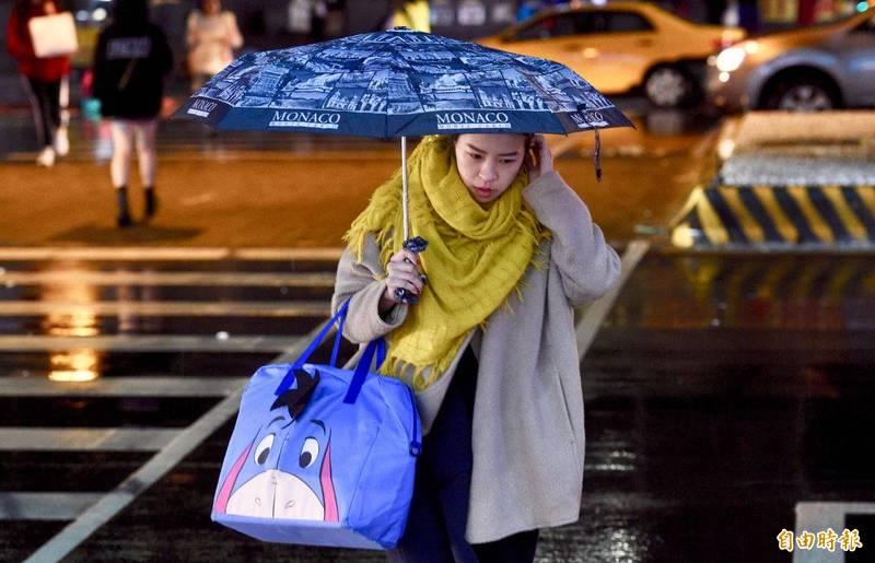 氣象局今晚間9點5分針對基隆北海岸及大台北山區發布大雨特報,對15縣市發布強風特報。(資料照)