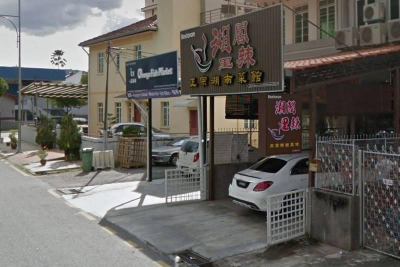 馬來西亞檳城2間湖南菜餐聽「湘閣裡辣」被民眾通報,餐廳內壁紙有中國已故前領導人毛澤東、紅衛兵等共產主義元素,當地警方已介入調查。(翻攝Google Map)