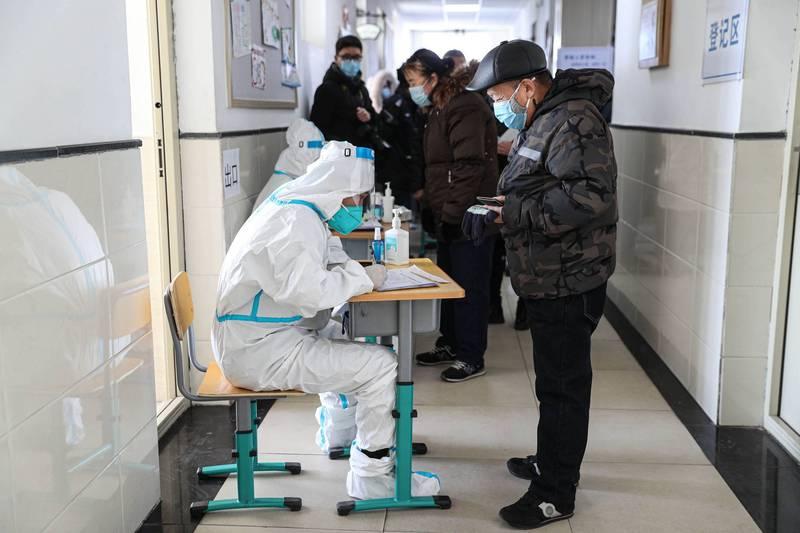 北京、深圳、大連、浙江等省市都將原本14天隔離期,延長為14+7甚至14+7+7隔離監測。(法新社)