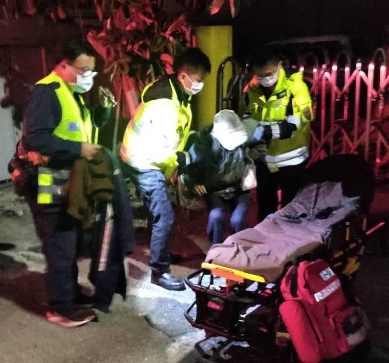 警方協助將老翁送醫。(記者歐素美翻攝)