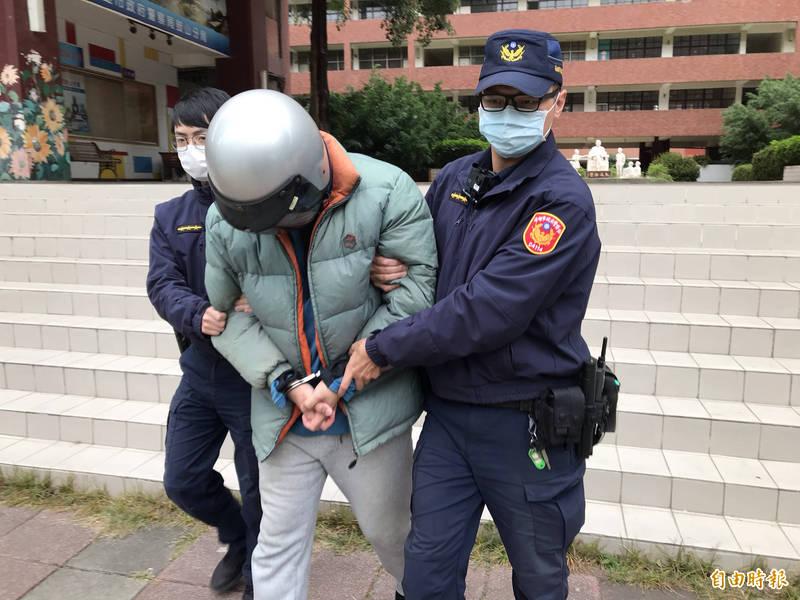 醫美貴婦的乾弟張男被懷疑是共犯,警方自新竹將他帶回偵訊,他是清大博士生,曾任大學助教。(記者黃良傑攝)