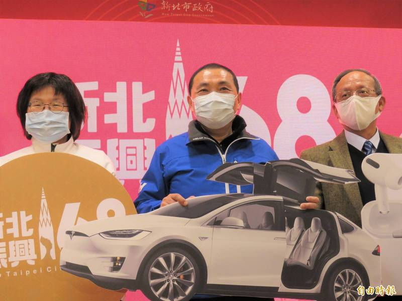 新北市長侯友宜(中)今天在記者會抽出最大獎Model X,左為經發局長何怡明。(記者陳心瑜攝)