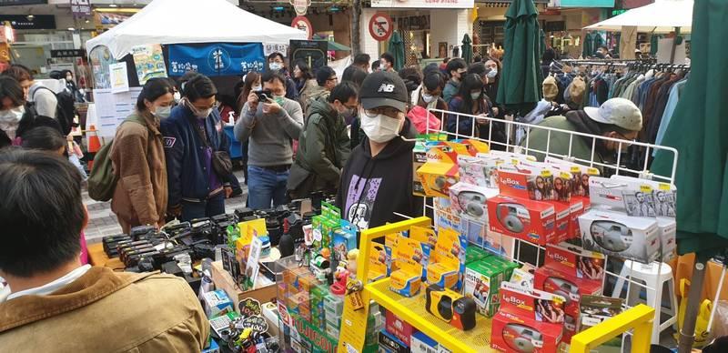 逢甲商圈今年跨年市集,飲食攤位少仍吸引大批人潮。(王朝藝提供)