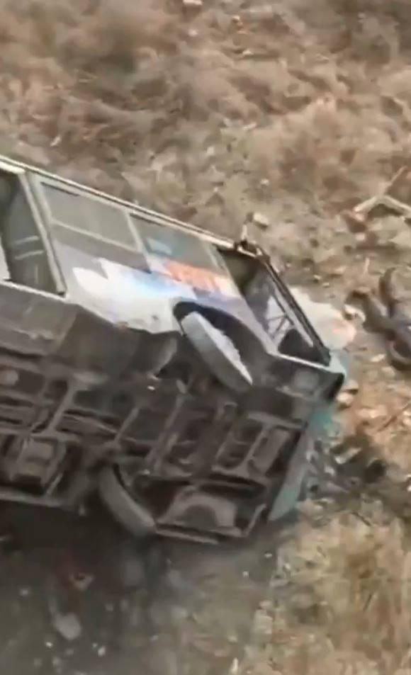 公車墜入數公尺深的橋下。(圖翻攝自微博)