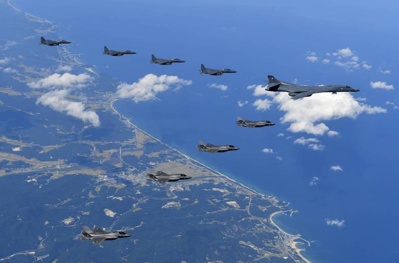 南韓空軍及美軍於去年12月進行非公開聯合演練。圖為韓美於2017年進行空中聯合演訓。(美聯社)