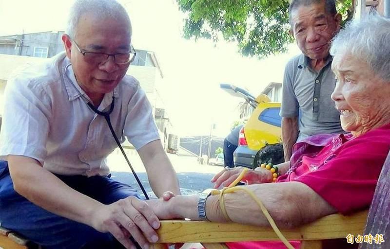 醫師洪德仁(左)在台北市北投開設洪耳鼻喉科診所獲得國際醫院聯盟表彰傑出防疫貢獻,全球只有2家診所獲此獎項。圖為洪德仁參加社區醫療與在宅醫療計畫,深入山區義診。(資料照)