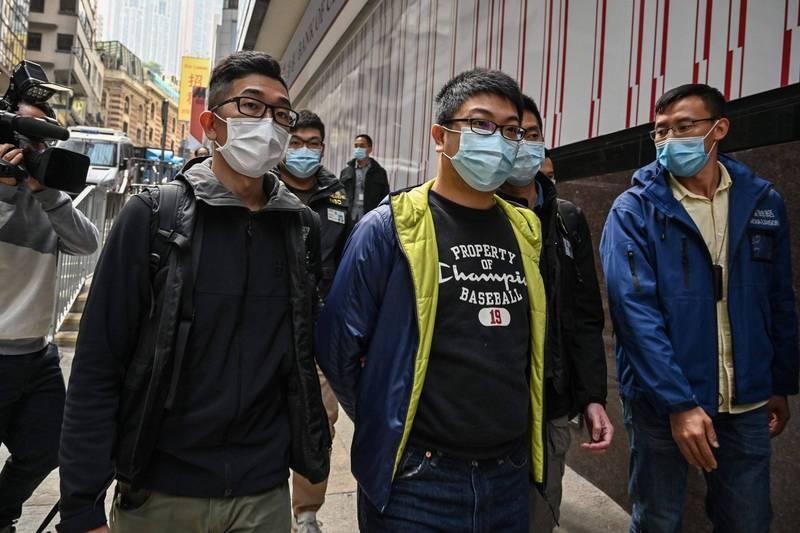 香港警方國安處今日拂曉大舉拘捕約50多名民主派人士。(法新社)