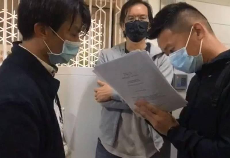 有數名警察前往香港媒體《立場新聞》、《蘋果日報》以及網媒《獨立媒體》,並出示法院命令,要求3家媒體總編得在7日內交出文件,據悉,這些文件涉及國安法案件。(圖翻攝自《立場新聞》直播)