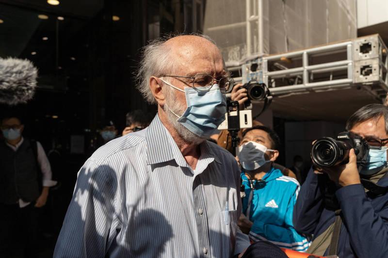 香港大量泛民派人士今天一早遭警方上門拘捕,包含美籍人權律師關尚義(見圖)。(彭博)