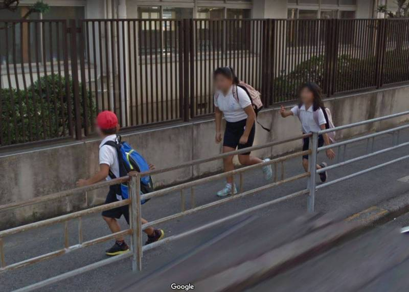 有網友使用Google Maps街景功能,意外發現日本1名小男孩在街頭遭到2名女孩「追捕」。(擷取自Google Maps)