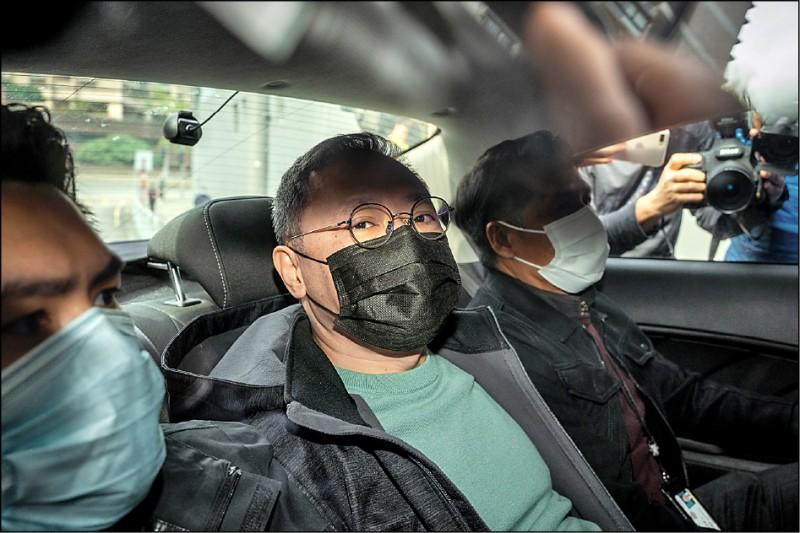 香港警方國安處6日針對去年香港民主派「35+」初選和「攬炒癱瘓香港」計畫,展開大規模逮捕行動,逮捕曾發表「真攬炒十步,這是香港宿命」一文,並發起該場初選的香港學者戴耀廷,帶回馬鞍山警局。(彭博)