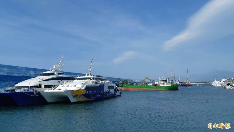 受東北季風影響,明天台東離島船班調整。(記者黃明堂攝)