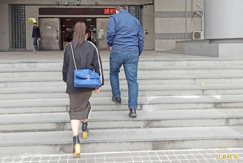 張姓醫美貴婦揹名牌包前往地檢署作證釐清案情。(記者黃佳琳攝)