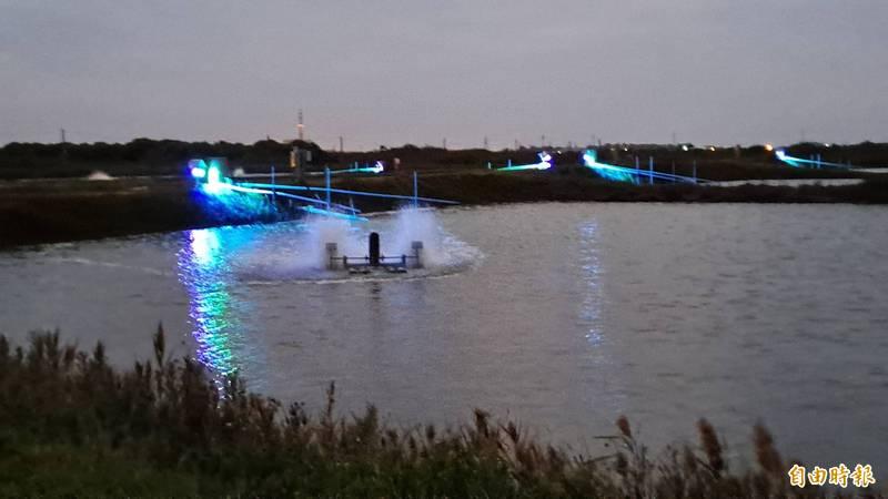 魚塭池設置LED藍綠混光照射藻類生成。(記者王姝琇攝)