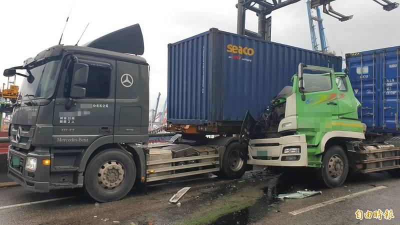 唐男的車頭撞上前車貨櫃,副駕駛座全毀。(記者吳昇儒攝)