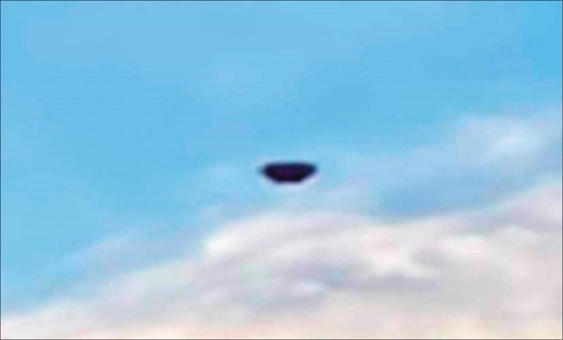 蔡姓網友PO網分享在台東大武鄉上空拍攝到的不明飛行物,引發熱論。(蔡姓網友提供)