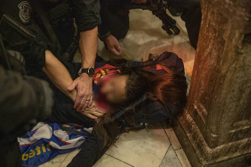 國會大廈內一名中彈女子送醫後不治。(彭博)