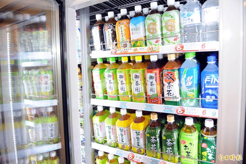 有民眾在超商買到被打開過的寶特瓶裝茶飲料。圖為示意圖。(資料照)