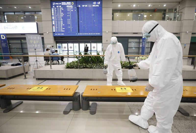 南韓單日新增870例武漢肺炎確診,8日起外國人入境須交3天內的核酸檢驗陰性報告。(美聯社)