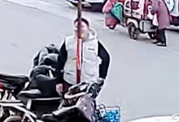 中國1名少年好奇「冬天舌頭舔鋼管會凍住是不是真的」,用自己的舌頭實驗發現是真的。(圖取自微博)